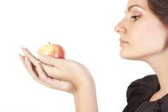Junge Frau mit Apfel Lizenzfreies Stockbild
