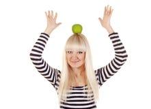 Junge Frau mit Apfel auf ihrem Kopf Stockfoto