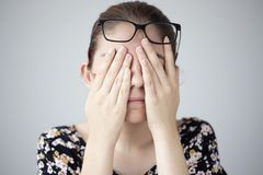 Junge Frau mit Augenermüdung stockbild