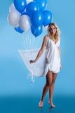 Junge Frau mit Ballonen Stockfotografie