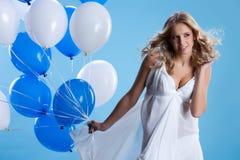 Junge Frau mit Ballonen Stockbild