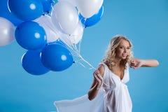 Junge Frau mit Ballonen Lizenzfreie Stockbilder