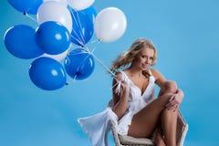 Junge Frau mit Ballonen Stockbilder