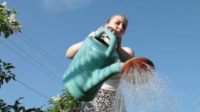 Junge Frau mit Bewässerungsdose stock footage