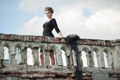 Junge Frau mit bewölktem Himmel auf dem Hintergrund lizenzfreies stockfoto