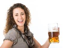 Junge Frau mit Bier Lizenzfreie Stockfotos