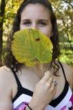 Junge Frau mit Blatt Lizenzfreie Stockfotografie