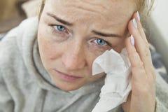 Junge Frau mit blauen Augen hat Kopfschmerzen Gesundheit und Schmerz Stockfoto