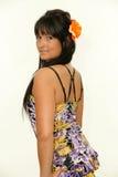 Junge Frau mit Blume in ihrem Haar Stockbilder