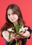 Junge Frau mit Blumen stockfoto