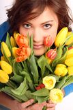Junge Frau mit Blumen Lizenzfreie Stockfotografie