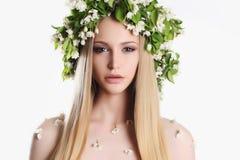 Junge Frau mit Blumen Stockfotos