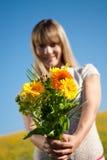 Junge Frau mit Blumen für den Tag der Mutter Stockbild