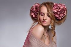 Junge Frau mit Blumen im Haar Lizenzfreie Stockfotos