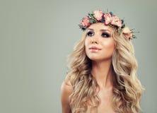 Junge Frau mit Blumenfrisur Stockfotos
