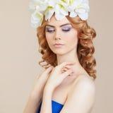 Junge Frau mit Blumenfrisur Lizenzfreies Stockfoto