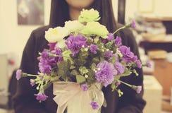 Junge Frau mit Blumenstrauß der Blume Lizenzfreies Stockbild