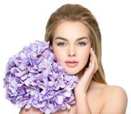 Junge Frau mit Blumenstrauß der Blumen Zutreffen des transparenten Lacks Stockbilder