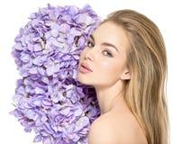 Junge Frau mit Blumenstrauß von Blumen nähern sich Gesicht Lizenzfreie Stockbilder