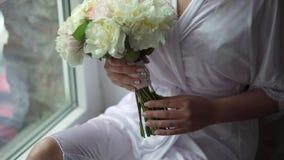 Junge Frau mit Blumenstrau? stock footage
