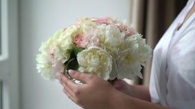Junge Frau mit Blumenstrau? stock video