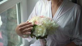Junge Frau mit Blumenstrau? stock video footage