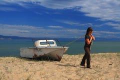 Junge Frau mit Boot Stockbilder