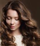 Junge Frau mit Brown-Haar in der Träumerei Stockbild