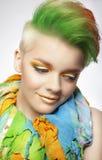 Junge Frau mit buntem Make-up und Kurzschluss gemalter Frisur Stockfotos