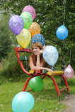 Junge Frau mit bunten Latexballonen Stockbild