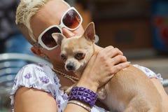 Junge Frau mit Chihuahua in ihren Armen Stockfotos