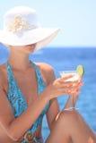 Junge Frau mit Cocktail lizenzfreie stockbilder