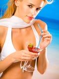 Junge Frau mit Cocktail Lizenzfreies Stockfoto