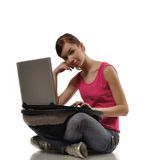 Junge Frau mit Computer Lizenzfreie Stockfotografie