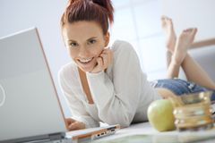 Junge Frau mit Computer. lizenzfreies stockbild