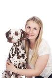 Junge Frau mit dalmatinischem Hund Lizenzfreie Stockfotografie