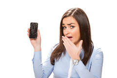 Junge Frau mit defektem Smartphone Lizenzfreies Stockbild