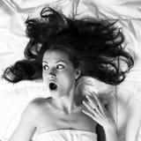 Junge Frau mit dem ausgezeichneten zerstreuten Haar Stockfotografie