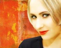 Junge Frau mit dem blonden Haar auf grungy rotem Hintergrund Stockfotos