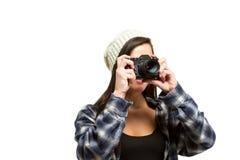Junge Frau mit dem braunen Haar hält Kamera Stockbild