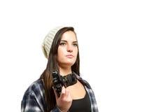 Junge Frau mit dem braunen Haar hält Kamera Stockbilder