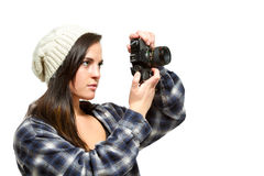Junge Frau mit dem braunen Haar hält Kamera Stockfotografie