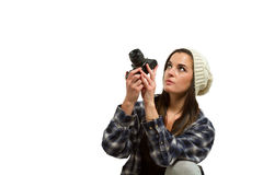 Junge Frau mit dem braunen Haar hält Kamera Lizenzfreie Stockfotografie