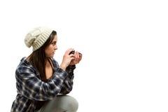 Junge Frau mit dem braunen Haar hält Kamera Stockfotos