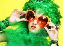 Junge Frau mit dem grünen Haar und den carnaval Gläsern Lizenzfreie Stockbilder