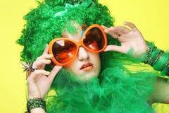 Junge Frau mit dem grünen Haar und den carnaval Gläsern Lizenzfreies Stockbild
