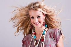 Junge Frau mit dem Haar, das im Wind durchbrennt. Getrennt Stockbild