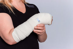 Junge Frau mit dem Handbruch in der Form lizenzfreie stockbilder