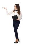 Junge Frau mit dem Klemmbrett, das mit der Hand sich darstellt Lizenzfreie Stockfotos