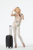 Junge Frau mit dem Koffer, der ihr Gesicht versteckt Stockfoto